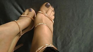 MATURE FEET IN NYLONS AND HIGH HEELS