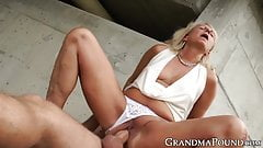 Classy mature babe drilled outdoors after giving wet blowjob