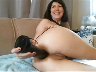 Tiny girl shoves huge dildo - Diana - webcam milf shoves a huge black dildo in her ass