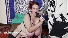 Огромная шлюшка с сиськами с огромной резиновой лошадкой в ее заднице