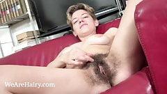 Calina раздевается догола на ее красном диване