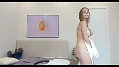 Сексуальная девушка танцует и соблазняет полотенцем