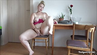 Big booty white babe masturbates
