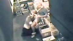 Une patronne lesbienne baise une employée adolescente devant une caméra cachée dans l'arrière-boutique