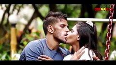 セクシーなインド人少女が公園で少年とセックス