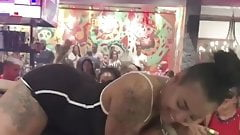 Черная девушка заставила механического ебаря лизнуть ее задницу
