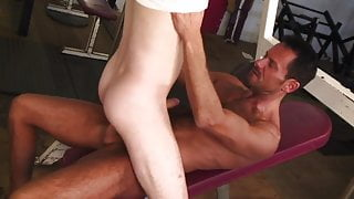 Tanned stud nails hot guy's ass in the gym