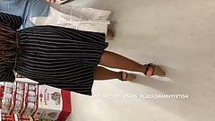 Upskirt, behaartes schwarzes Teen-Mädchen