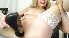 Зрелая сучка надела высокие каблуки в киску перед вебкамерой - mrbrain88