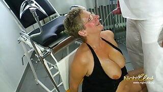 Frauenarzt Dr. Immergeil pinkelt die Granny erstmal an