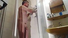 nackte Schwuchte unter Dusche