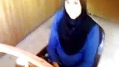 Kopftuch Muslima zeigt geile Pussy auf Arbeit