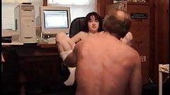 18-jährige Liebhaberin lernt, einen reifen Schwanz zu lutschen