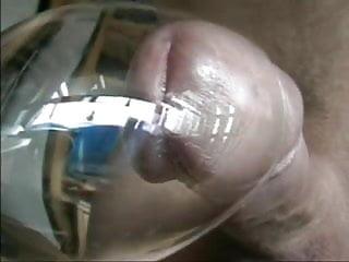 Dog cum glas Ins glas abgespritzt