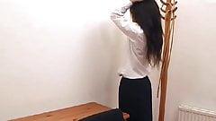 Scuola ragazza sculacciata e dita sulla scrivania