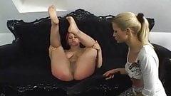 Une fille aux cheveux roses se fait punir par sa maîtresse