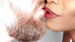 Горячий поцелуй, страстный и сочный