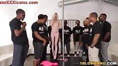 Guerita petite abusada por varios negros