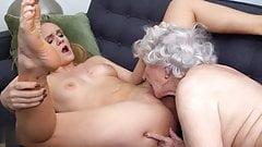 Abuela depravada teniendo sexo lésbico con jovencita