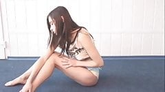 Una ragazza arrapata si masturba e geme