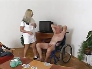 Pantyhose versus stockings Alt versus jung in hospital