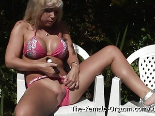 Clit vibration video - Coed vibes her clit to contracting orgasm outside