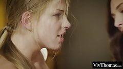 Une jeune blonde et une brune aiment le sexe lesbien doux