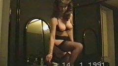 Le strip-tease vintage d'une femme avant sa pipe