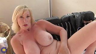 Mature sex bomb with amazing body