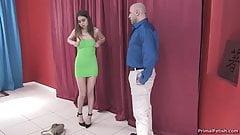 Garota de vestido acanhado pega pelo papai