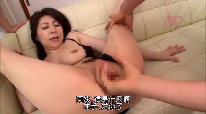 熟女妻の大田ゆりかがオナニーを息子の友人に見られて生ハメレイプ
