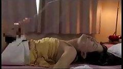 Futanari сосет ее собственный член и кончает в ее рот
