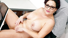 Office lady Amanda Ryder gets herself off behind desk