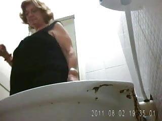 Femme toilette photo voyeur gratuit Mamie toilettes 7