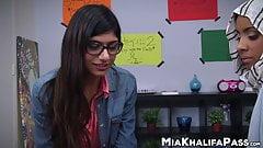 Милая Mia Khalifa заглатывает большой хуй в тройничке в видео от первого лица