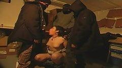 Une jeune beurette de 18 ans en gangbang dans une cave