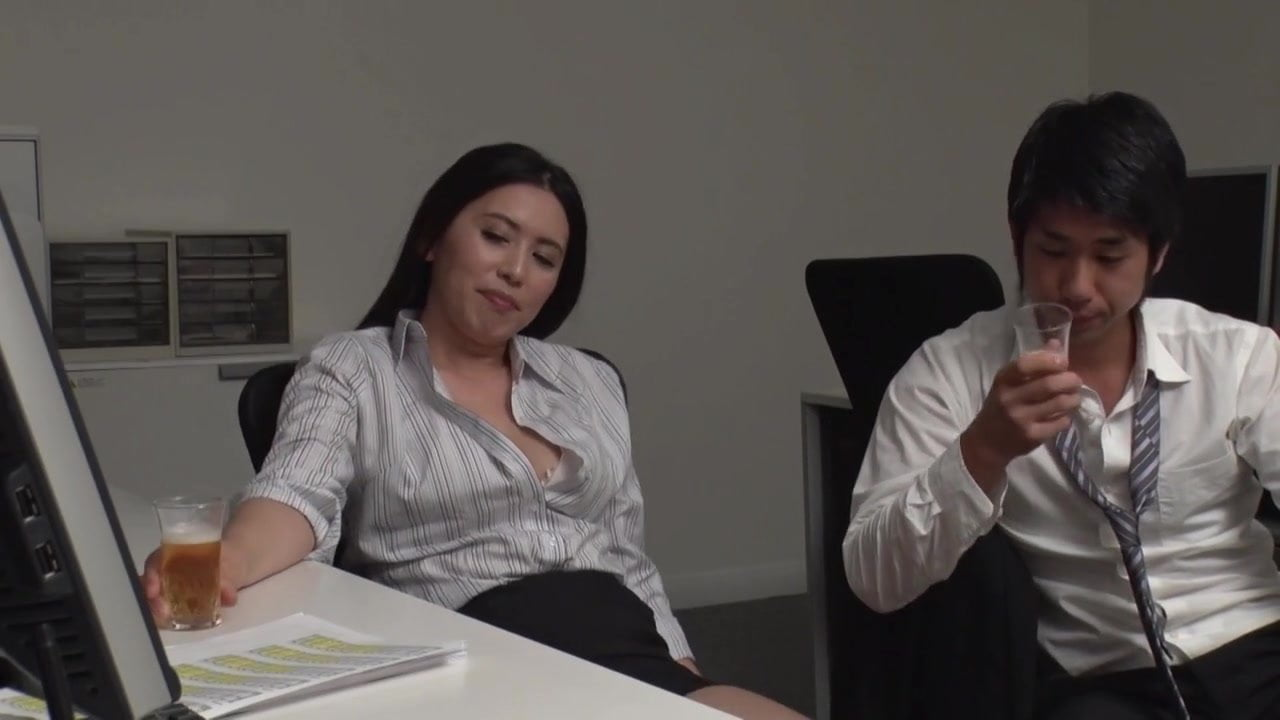 熟女OLの桐島綾子と翔田千里らが若い社員の肉棒を咥え生ハメに喘ぐ