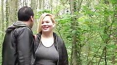 Fea esposa en el parque con extraño