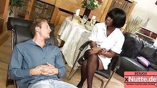 Junger Bursche hat erste mal mit eine Schwarze