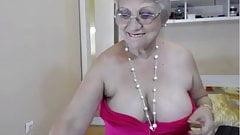 Une mamie à gros nichons se déshabille et taquine devant la webcam ENCORE