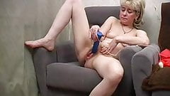 Ugly mom with small flabby tits play her hairy cunt