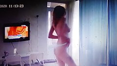 Молодая девушка танцует