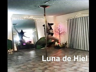 Sexy halloween videos - Que hermosa y sexy bruja.