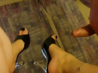 Sexy heels galleries - Cumshot on girlfriends feet in sexy heels