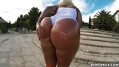 Blondie big ass Twerks her Giant Oiled Glutes Outdoor