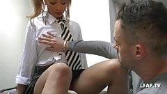 Un prof francais se tape une jeune etudiante dans son bureau