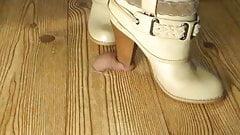 As botas de salto alto da moda pisam o pau inteiro!