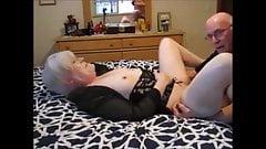 Oma mit weißem Haar wird vor ihrem Ehemann im Doggystyle gefickt
