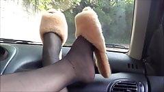 Deliciosos pies en el coche.