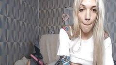 Крошка с татуированной и трахнутой ее киской